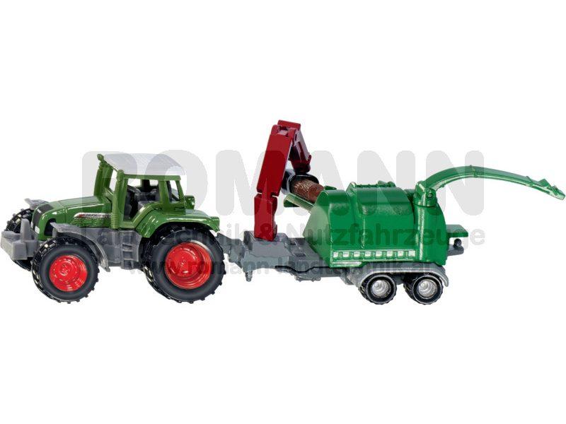 Traktor mit Holzhäcksler