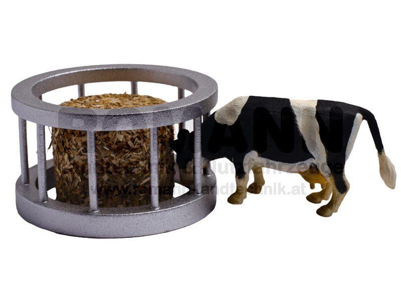 Futterring mit Kuh und Rundballen